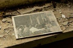 Vieja imagen dejada en un travesaño de la ventana foto de archivo libre de regalías