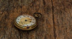 Vieja imagen del vintage del reloj en el fondo de madera Fotos de archivo libres de regalías