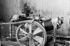 Vieja imagen oxidada del vintage del compresor de la impulsión de correa Imágenes de archivo libres de regalías