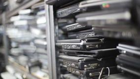 Vieja inclinación de los ordenadores portátiles almacen de metraje de vídeo