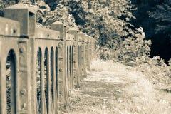 Vieja línea ferroviaria victoriana barrera del puente del hierro y del acero imágenes de archivo libres de regalías