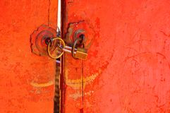 Vieja llave de cerradura cercana de la puerta roja fotos de archivo