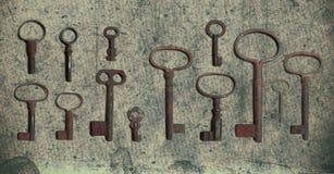 Vieja llave en el papel texturizado viejo con los modelos naturales fotos de archivo