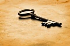 Vieja llave en la madera gastada Foto de archivo libre de regalías
