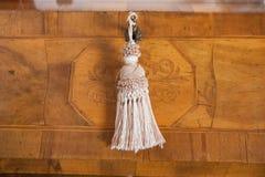 Vieja llave en un forniture del vintage Fotografía de archivo