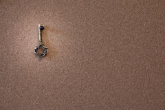 Vieja llave en un tablero del corcho fotografía de archivo libre de regalías