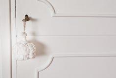 Vieja llave en una puerta blanca imagenes de archivo