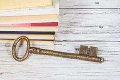 Vieja llave y libros Imágenes de archivo libres de regalías