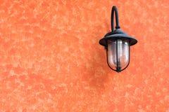 Vieja luz artificial en la pared Fotografía de archivo
