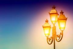 Vieja luz de calle en fondo del cielo Luz en la linterna espacio Foto de archivo