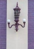 Vieja luz de la lámpara en la pared Imagen de archivo libre de regalías