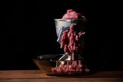 Vieja máquina para picar carne manual foto de archivo