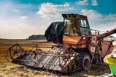Vieja máquina segador abandonada oxidada en un campo del país Foto de archivo libre de regalías