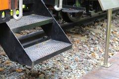 Vieja manera de acero de la escalera hacia arriba y hacia abajo de tren Foto de archivo