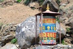 Vieja mani budista empiedra las ruedas de rezo con mantras sagrados, Nepal Imágenes de archivo libres de regalías