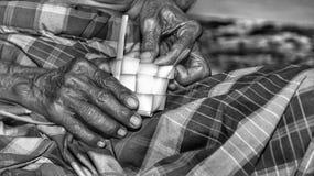 Vieja mano que sostiene un palillo Imágenes de archivo libres de regalías