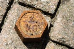 Vieja masa de cobre del peso en piso imagenes de archivo