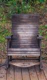 Vieja mecedora de madera en un parque público fotografía de archivo libre de regalías