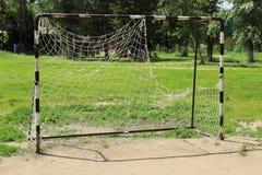Vieja meta del fútbol con una malla rasgada Imagen de archivo libre de regalías