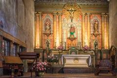 Vieja misión Santa Barbara Church Interior Altar Imagen de archivo