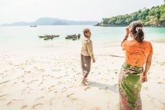 Vieja Moken mujer de dos en la playa blanca de la arena Gitano del mar, Moken a viva fotografía de archivo libre de regalías