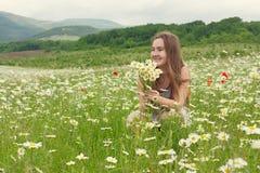 vieja muchacha 10-years que ríe en el prado Imagen de archivo libre de regalías