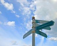 Vieja muestra de camino direccional en blanco Fotos de archivo libres de regalías