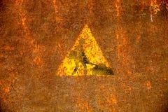 Vieja muestra de las obras por carretera en superficie de metal oxidada Imagen de archivo libre de regalías