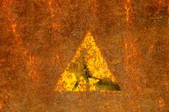 Vieja muestra de las obras por carretera en superficie de metal oxidada Imágenes de archivo libres de regalías