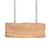 Vieja muestra de madera con la cadena en el fondo blanco Fotos de archivo libres de regalías