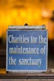 Vieja muestra de madera de la caridad dentro del EL Jordania de Iglesia de Otavalo, Fotografía de archivo libre de regalías