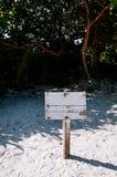 Vieja muestra de madera en la playa en la bahía de Kabira, Ishigaki, Okinawa imágenes de archivo libres de regalías