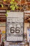 Vieja muestra de Route 66 en la tienda general de la almecina Foto de archivo