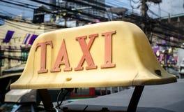 Vieja muestra del taxi en el coche del top del tejado Fotografía de archivo