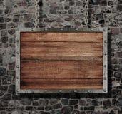 Vieja muestra medieval con la cadena en la pared de piedra Fotografía de archivo libre de regalías