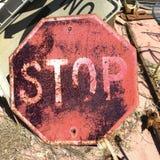 Vieja muestra oxidada de la parada Imagen de archivo libre de regalías
