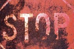 Vieja muestra oxidada de la parada Imágenes de archivo libres de regalías