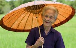 Vieja mujer asiática con el parasol Fotografía de archivo