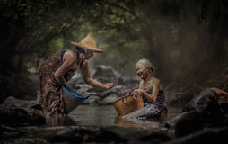 Vieja mujer asiática que trabaja en cascada Imágenes de archivo libres de regalías