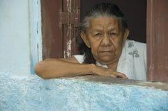 Vieja mujer brasileña en ventana fotos de archivo libres de regalías