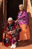 Vieja mujer de Navajo y su hija fotos de archivo libres de regalías