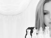 Vieja mujer de negocios de cinco años veinte hermosos con el conjunto de ajedrez foto de archivo libre de regalías