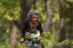 Vieja mujer del tharu en Bardia, Nepal Foto de archivo