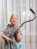 Vieja mujer enojada que amenaza con un bastón imágenes de archivo libres de regalías