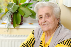 Vieja mujer gray-haired Foto de archivo libre de regalías
