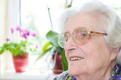 Vieja mujer gray-haired feliz Fotografía de archivo