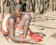 Vieja mujer india con los pendientes y la cara del tatto Imágenes de archivo libres de regalías