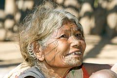Vieja mujer india con los pendientes y la cara del tatto Foto de archivo libre de regalías