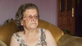 Vieja mujer jubilada que ríe dentro almacen de video