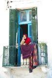 Vieja mujer tunecina pensativa Imagenes de archivo